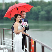 Wedding couple in a rainy day — Stock Photo