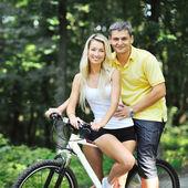 Paar auf einer fahrräder in landschaft — Stockfoto