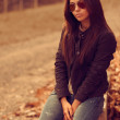 Outdoor fashion portrait of young brunette woman in sunglasses. — Stock Photo
