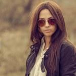 Outdoor fashion portrait of brunette woman in sunglasses — Stock Photo