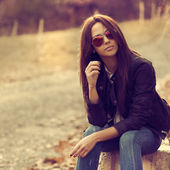 Young stylish brunette woman posing outdoor — Foto de Stock
