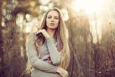 Belle jeune femme. portrait en plein air — Photo