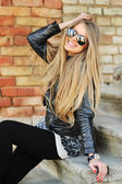 Beautiful young happy smiling woman in sunglasses — Stock Photo