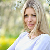 Portrait of a beautiful young caucasian blonde woman outdoor — Stock Photo