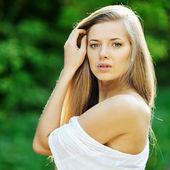 漂亮的年轻金发女人和洗脸的画像 — 图库照片