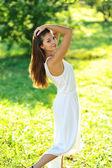 Retrato de hermosa niña sonriente en un parque de verano — Foto de Stock