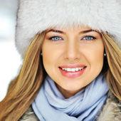 Aantrekkelijke mooie vrouw gezicht - closeup — Stockfoto