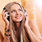 Attractive beautiful woman enjoying the music at home — Stockfoto