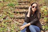 Młody seksowny brunetka kobieta w okulary — Zdjęcie stockowe