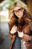 Outdoor portrait of young beautiful stylish woman wearing sungla — Zdjęcie stockowe