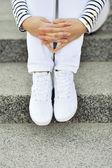 Białe trampki na nogach dziewczyna - zbliżenie — Zdjęcie stockowe