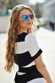 Strzał atrakcyjny modne dziewczyna pozuje w starym mieście — Zdjęcie stockowe