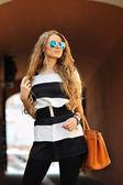 Portret pięknej młodej kobiety blondynka w stylowy strój i ha — Zdjęcie stockowe