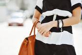 Módní ženu s kabelku v rukou - detail — Stock fotografie