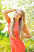 Beautiful girl in the garden among the blooming trees — Photo