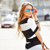 Beautiful fashionable young woman — Stock Photo