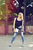 Bella donna con occhiali da sole con chitarra elettrica — Foto Stock