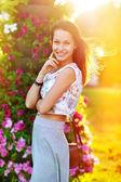 美丽幸福的微笑着年轻女子 — 图库照片