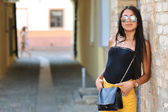 Fashion portrait of young woman wearing sunglasses — 图库照片