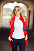 Fashionable young beautiful woman wearing sunglasses — Stockfoto