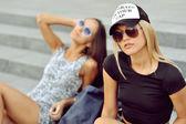 两个年轻女孩朋友围坐在一起。户外时尚梵高 — 图库照片