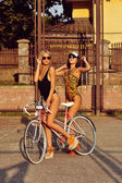 Cool young model girls with vintage bicycle — 图库照片