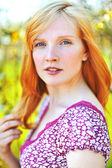 一个美丽的金发女郎,室外的肖像 — 图库照片