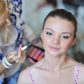 Belle jeune femme application maquillage de maquilleuse — Photo