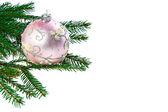 白地にピンクのクリスマス ボールとモミ ツリー. — ストック写真