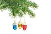Nowy rok zabawki. czerwony, żółty i niebieski szyszki na choinkę — Zdjęcie stockowe