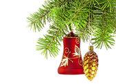圣诞红铃和新的一年树上金黄锥 — 图库照片