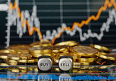 Dobbelstenen blokjes met de woorden verkopen kopen en de gouden munten. financ — Stockfoto