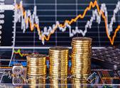 Opwaartse trend stapels munten, dobbelstenen kubus met het woord gaan en rekenmachine — Stockfoto