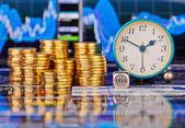 Stapels van gouden munten, klok, dobbelstenen kubus met de woorden verkopen. t — Stockfoto