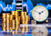Stosy złote monety, zegar, kostki kostki z napisem kup. th — Zdjęcie stockowe