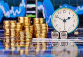Stapels van gouden munten, klok, dobbelstenen kubussen met de woorden stop g — Stockfoto