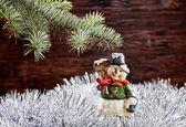 Christmas decorations. Happy snowman, fir-tree, tinsel on wooden — ストック写真