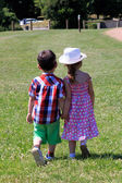 Children holding hands — Stockfoto