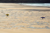 Surfers on a beach — Stockfoto