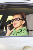 Bonita mulher falando no telefone de tablet — Fotografia Stock
