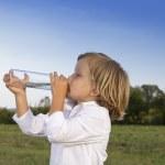genç çocuk içme suyu açık havada — Stok fotoğraf