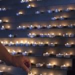 encender las velas en una iglesia — Foto de Stock