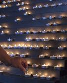 Bir kilisede mum aydınlatma — Stok fotoğraf