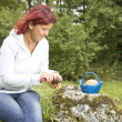 Cute woman cleaning Boletus Edulis — Stock Photo