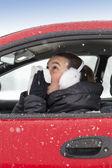 Leuk meisje niest in een auto — Stockfoto