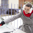 Removing snow and ice from the car — Stockfoto