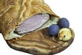 Delicioso presunto grande cozido em massa de pão — Fotografia Stock