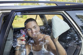 Güneşli sabahı araba pencere temizleme — Stok fotoğraf