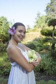 可爱的女孩举行绿色苹果 — 图库照片