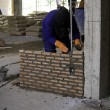 Bricklayer laying bricks — Stock Photo